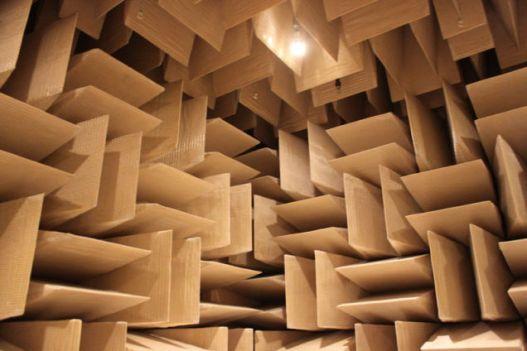 Una cámara anecoica es una sala diseñada para absorber completamente las reflexiones producidas por ondas acústicas en cualquiera de las superficies que la conforman (suelo, techo y paredes laterales). Es decir, una sala sin eco. Fuente: gizmodo.com